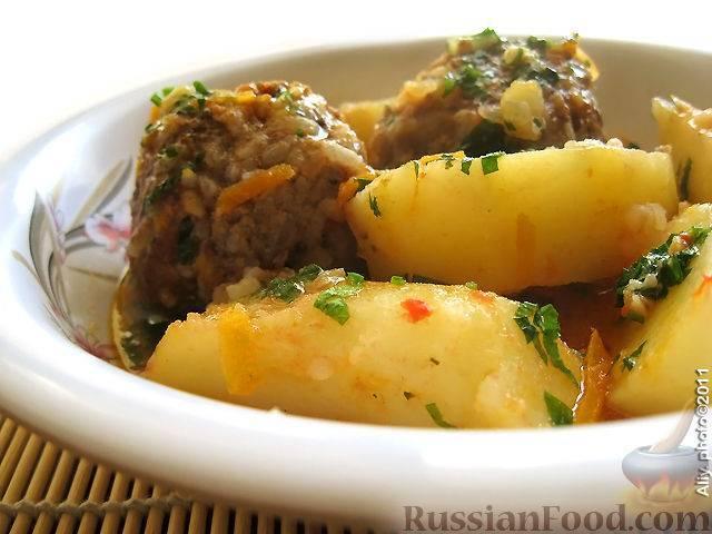 Тефтели с луком и картошкой в духовке