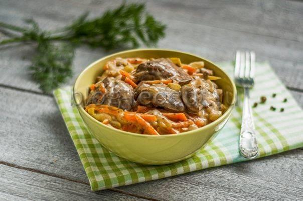 Печень с луком и морковью на сковороде