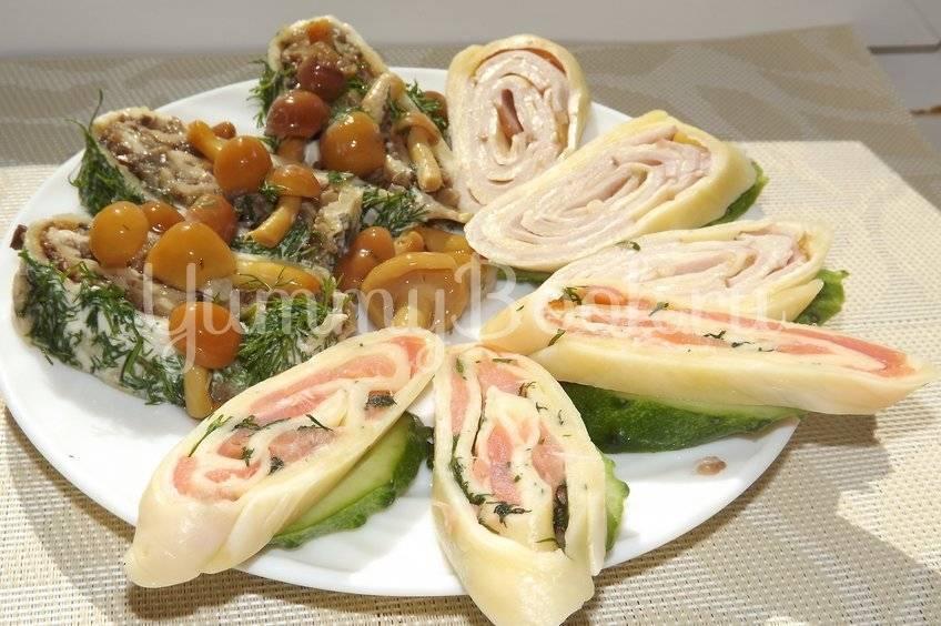 Закуска еврейская. еврейская закуска из сыра с чесноком или сырный топпинг для бутербродов. европейская закуска с сыром и чесноком