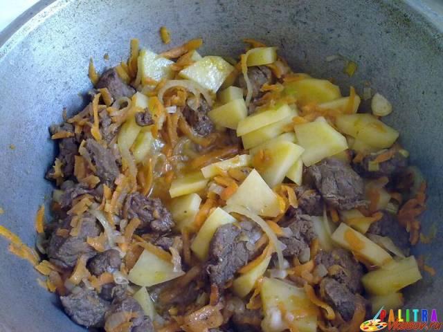 Капуста, тушеная с мясом и картошкой в кастрюле